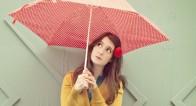 「傘のお悩み」を解決!電車やお店で傘のやり場に困りませんか?