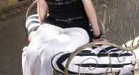 ホワイトパンツで美脚をつくる女性の着こなしテクとは?