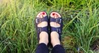今年流行のスポーティサンダルを大人っぽく品よく履きこなす方法