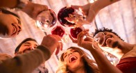ノンアルコール飲料で女性らしさをアピールする「ノンアル女子」