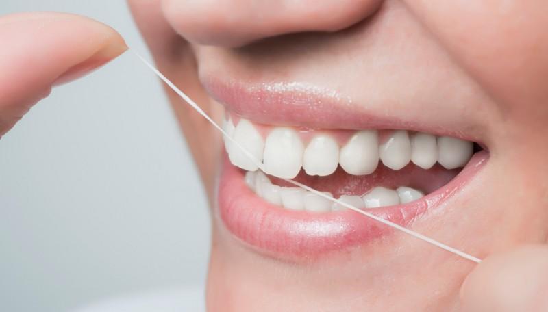 歯磨き後のフロス