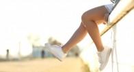 おすすめコーデからレッグウェアの選び方まで!定番「白スニーカー」をもっとオシャレに履く方法